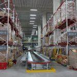 将冷冻产品从展示货架拣选到保温周转箱中。